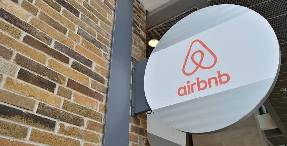 Airbnb parti evi yasağı ile tepki çekti